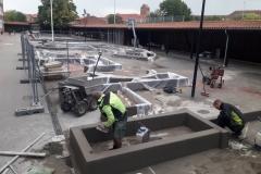 darbo procesas liejant betoninius bortelius