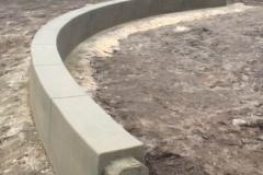 lenktos formos betonine sienele