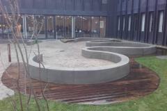 lenktos betoninės sienelės ir suoliukai