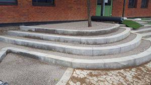 Betoniniai laiptai viesose erdvese