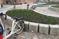 Betoformos betoninė sienelė dviračių laikikliai gėlynuose