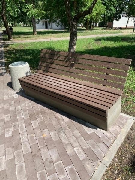betoniniai suoliukai miestui su wpc lentomis