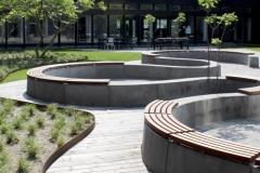 vingiuotas betoninis suoliukas