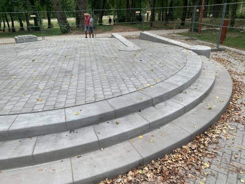 Amfiteatras-su-betoniniais-laiptais
