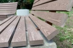 betoniniai suoliukai su wpc medzio plastiko kompozito lentomis
