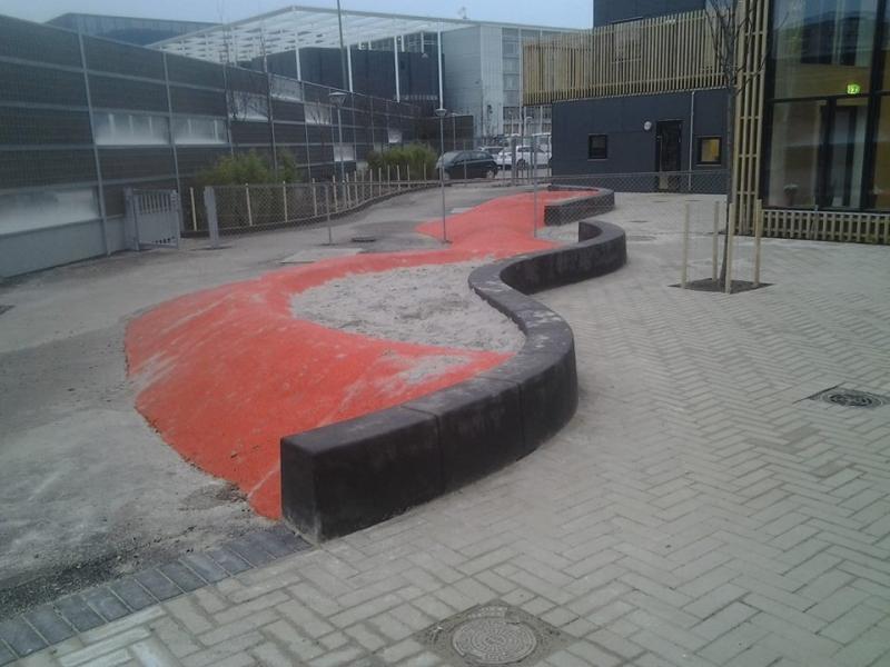 Betoformos betonis suoliukas žaidimų aikštelėje